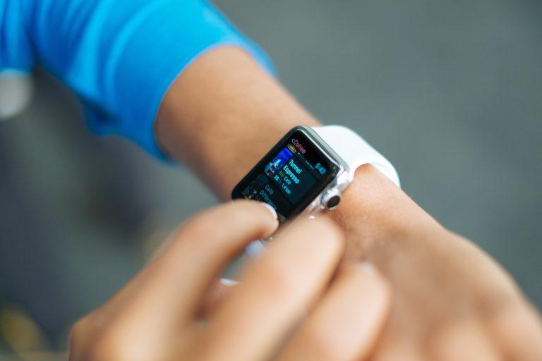 Imagem de uma pessoa utilizando um smartwatch.