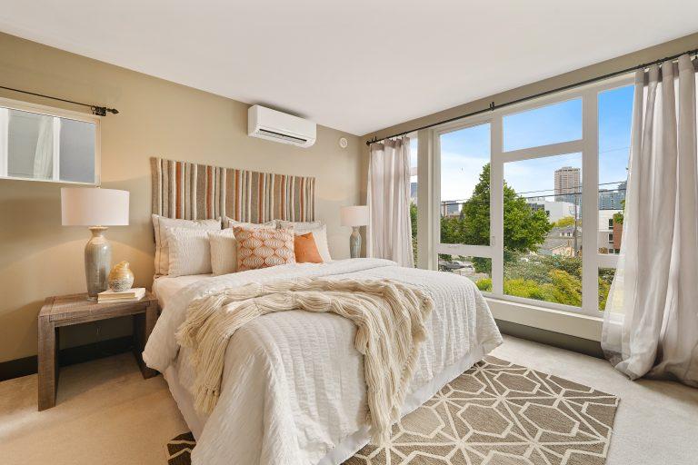 Imagem de um quarto de casal.