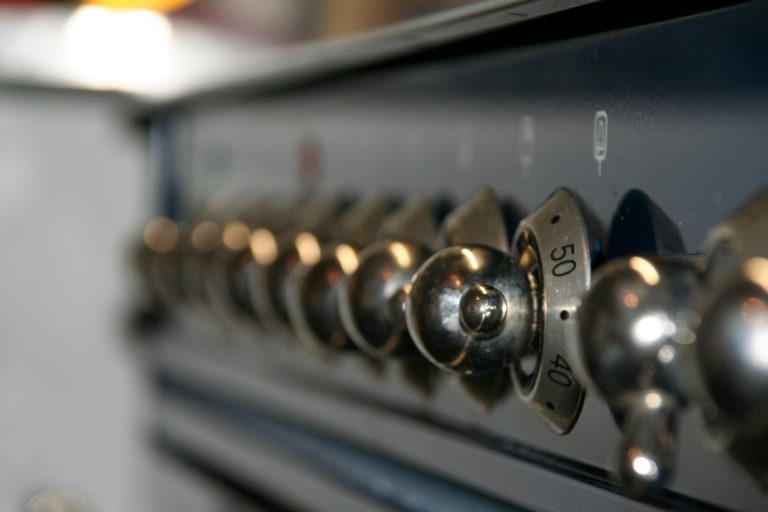 Imagem de fogão a gás com destaque para os botões de acionamento