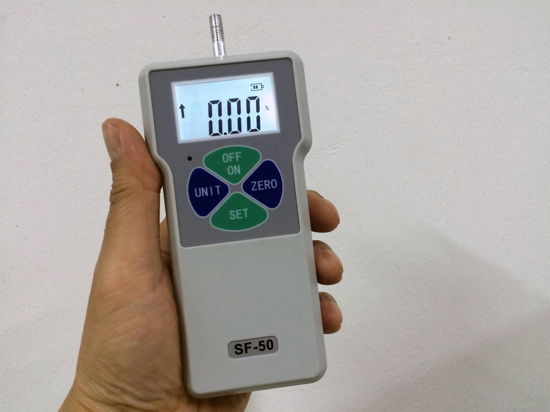 Um calibrador de pneus eletrônico na mão de uma pessoa