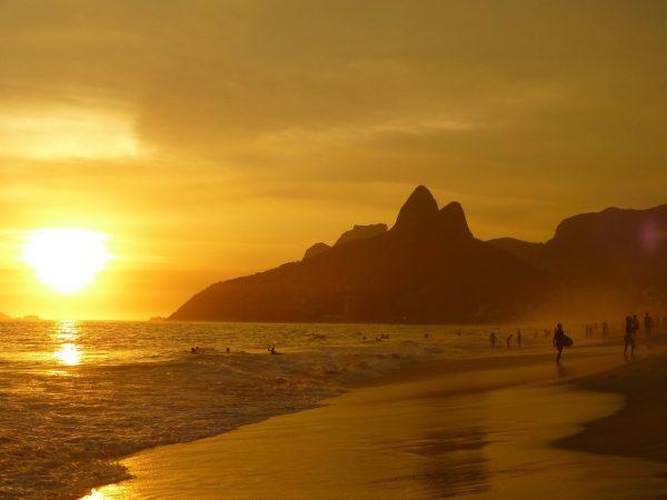 Imagem da praia de Ipanema ao pôr do sol