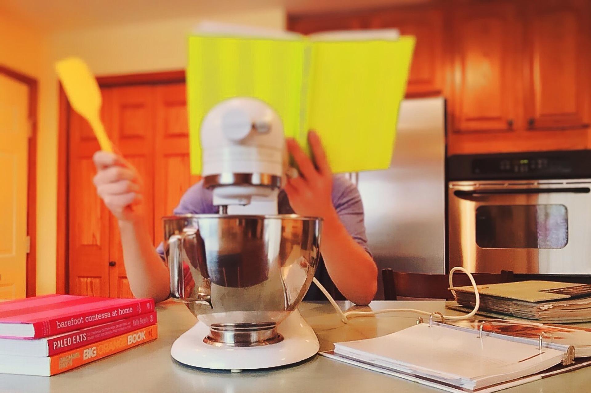 Imagem de pessoa se preparando para cozinhar, segurando uma espátula de silicone amarela