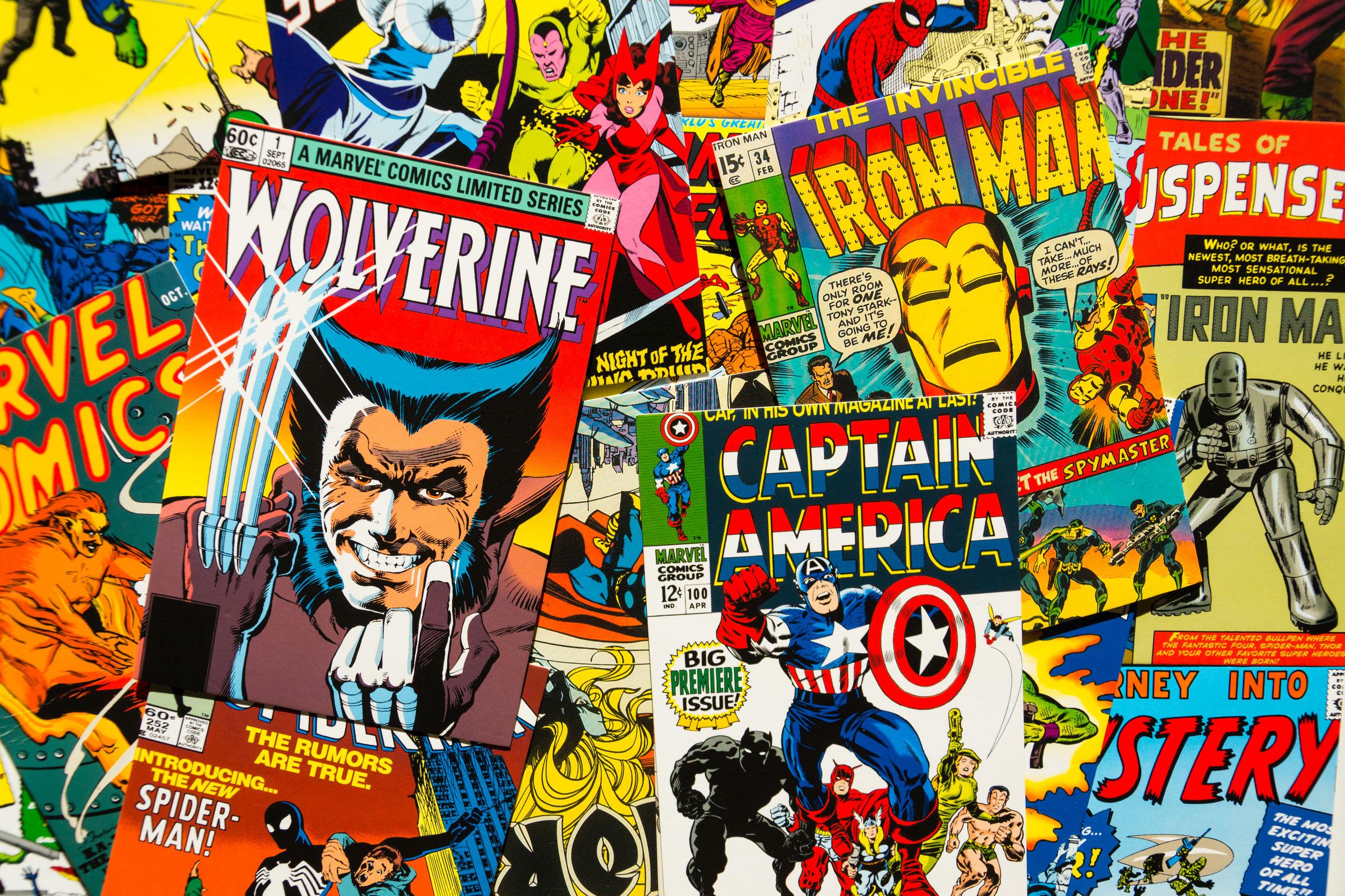 Diversos desenhos de capas de HQs Marvel.