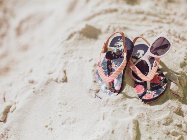 Imagem de Havaianas para bebê na areia