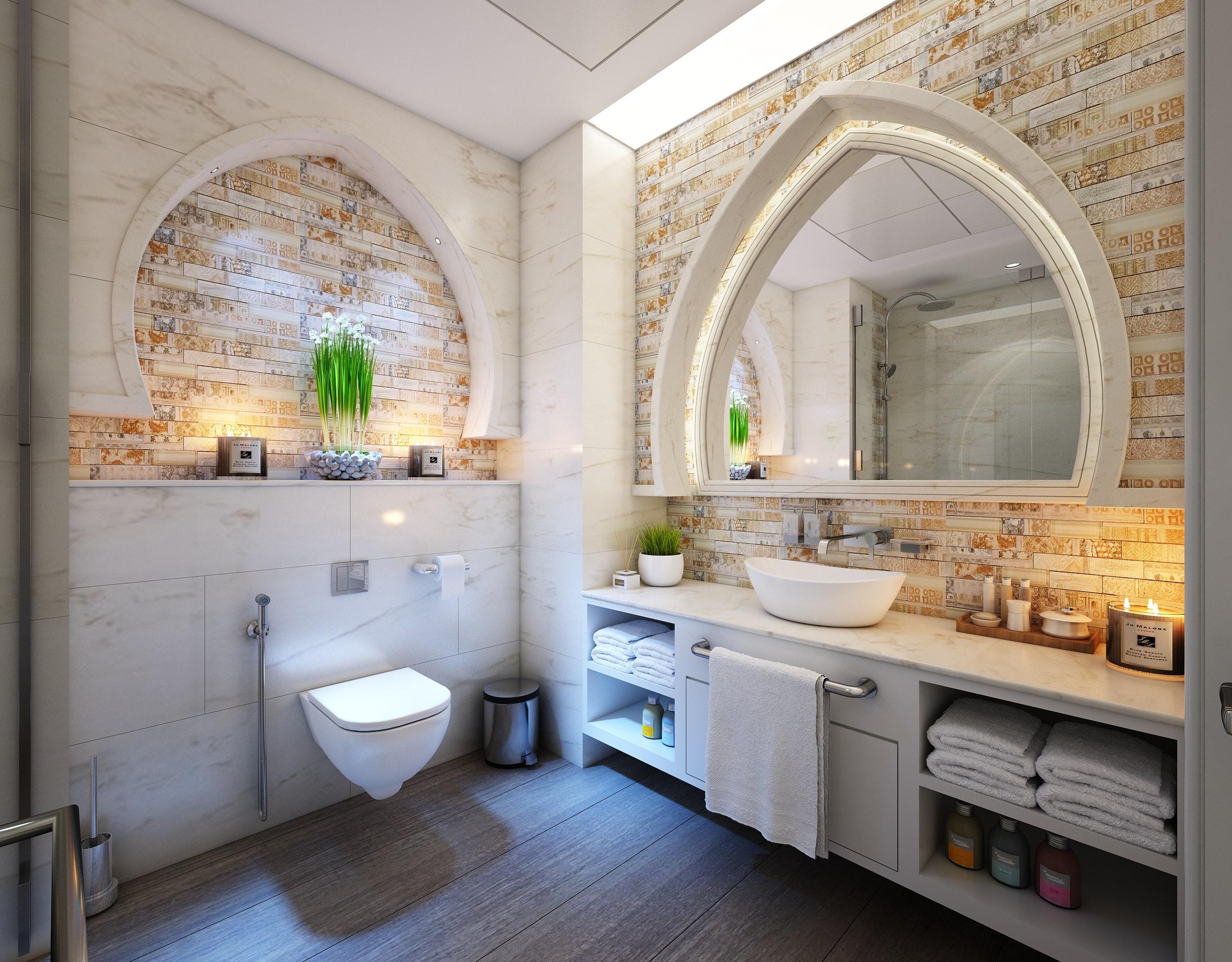 Imagem de banheiro com lixeira posicionada ao lado do vaso sanitário