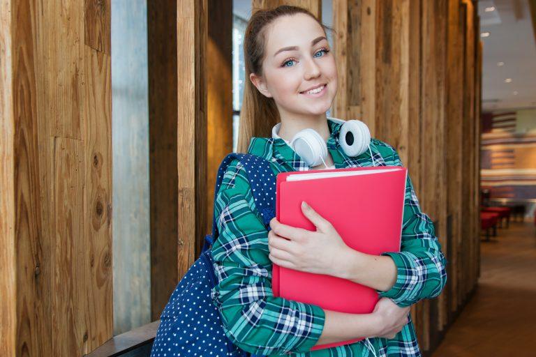Imagem de uma jovem estudante.