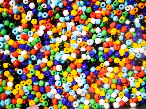 Foto de várias miçangas coloridas juntas.