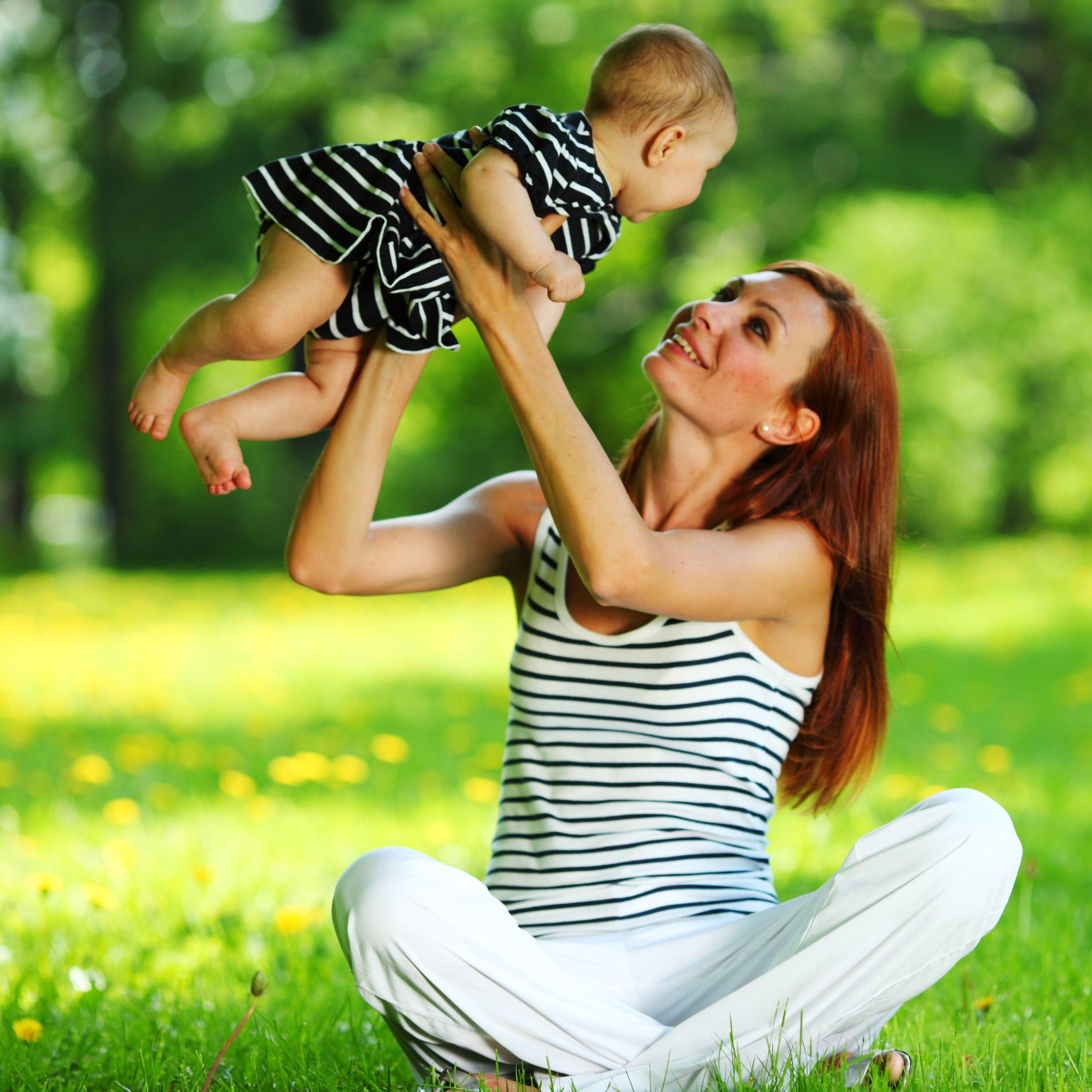 Mãe brinca com filho no colo