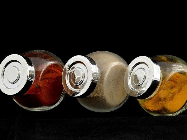 Imagem de três porta condimentos de vidro com tampa metálica