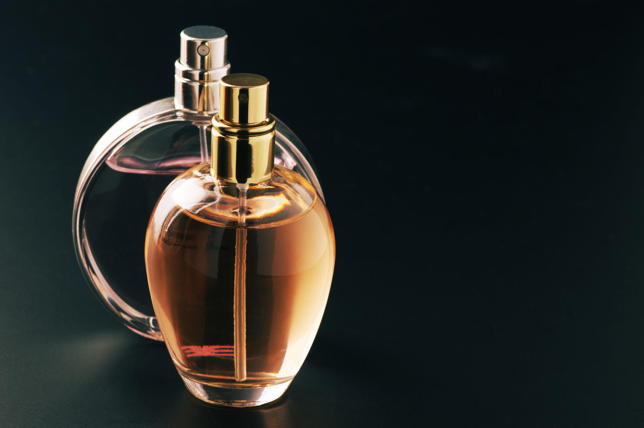 Foto de vidros de perfume juntos, todos sem nenhuma indicação de marca ou nome.