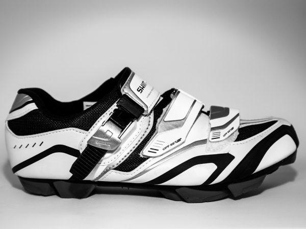 da imagem destacada: sapatilha de ciclismo preta e branca.