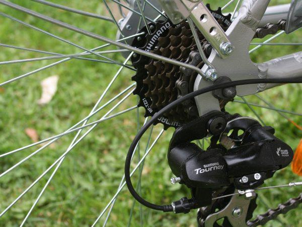 Imagem mostra em detalhe o sistema de câmbio de uma bicicleta.