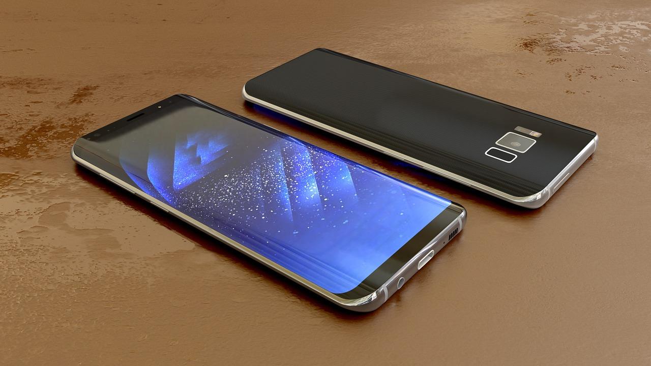 Dois celulares Samsung com tela infinita.