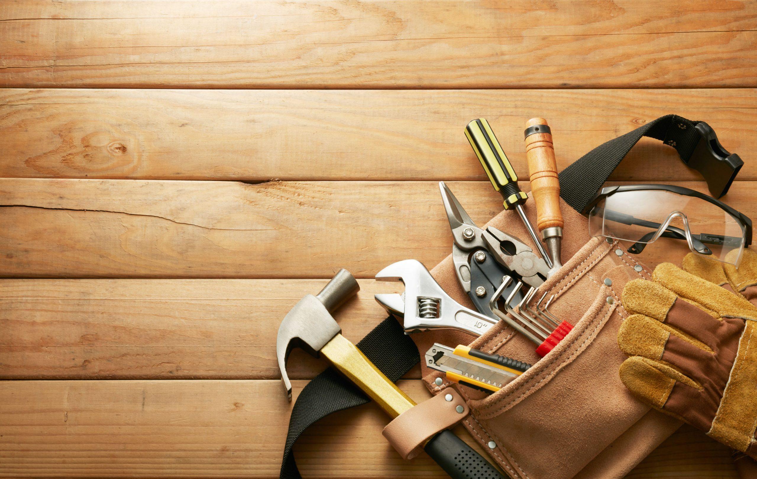 Imagem mostra um cinto de ferramentas contendo algumas ferramentas.
