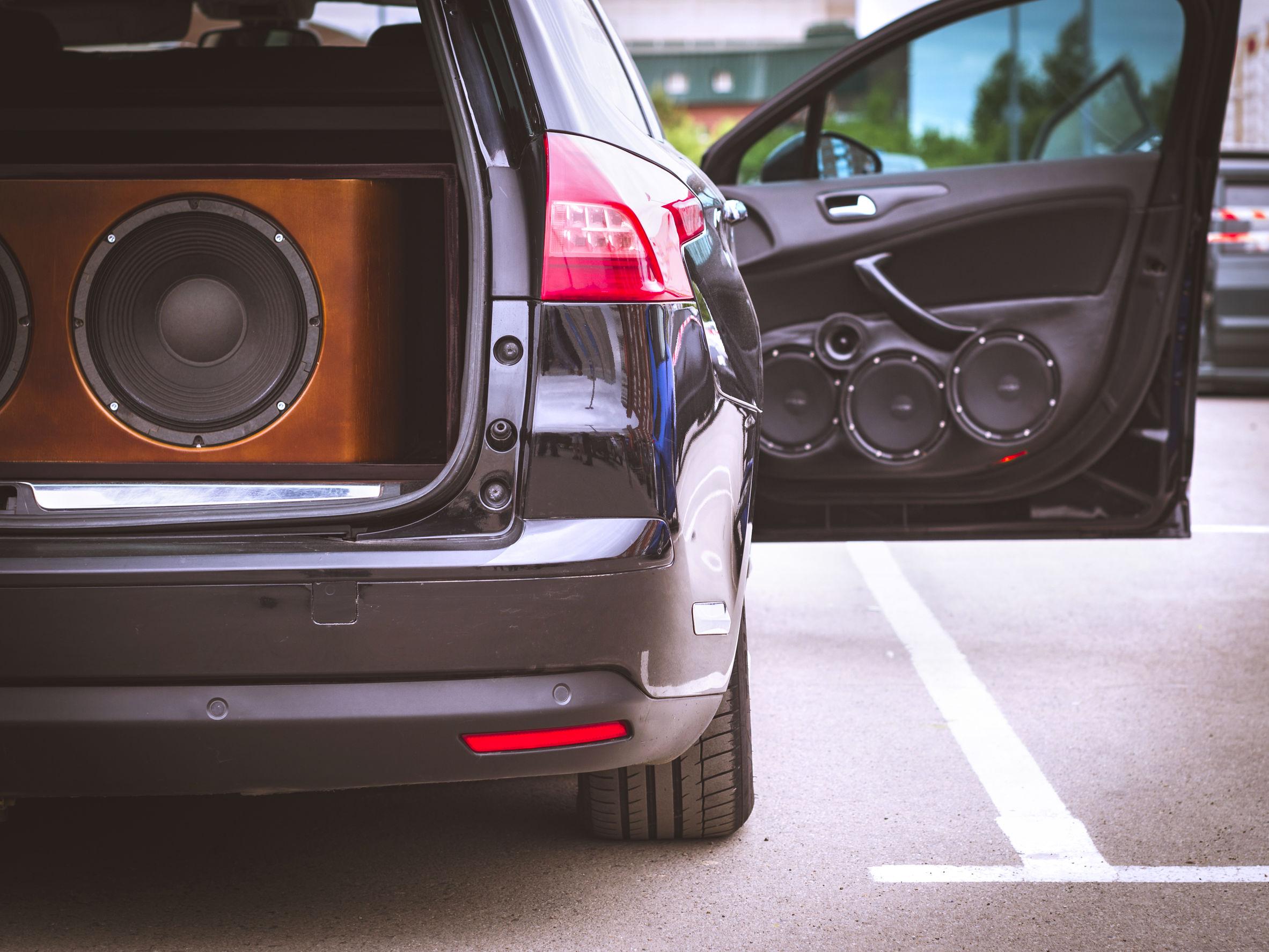 Imagem mostra um carro com um complexo sistema de áudio.