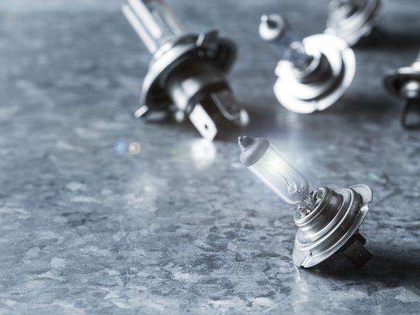 Imagem mostra algumas lâmpadas automotivas sobre uma mesa.