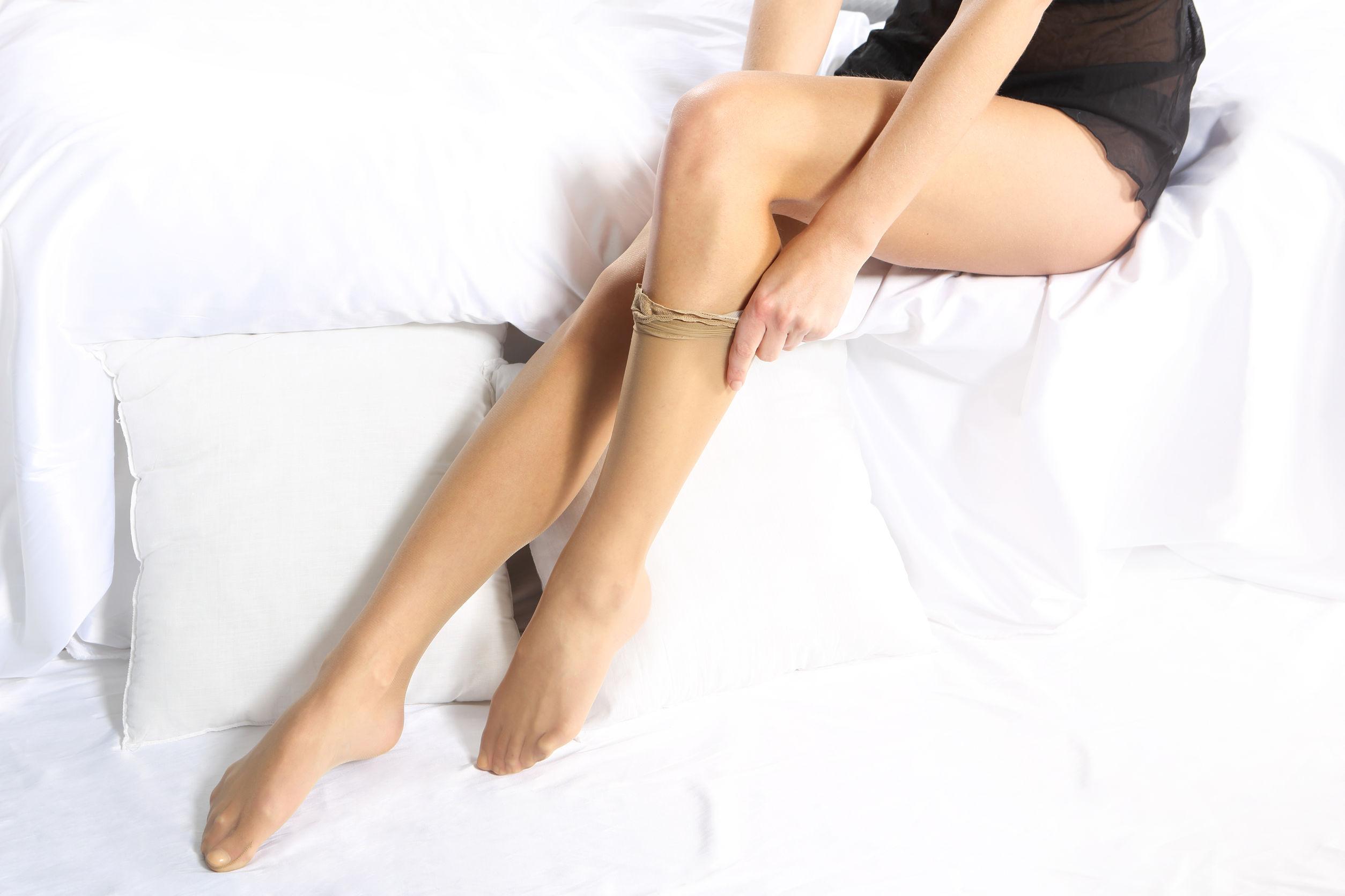 Imagem de uma mulher vestindo uma meia calça.