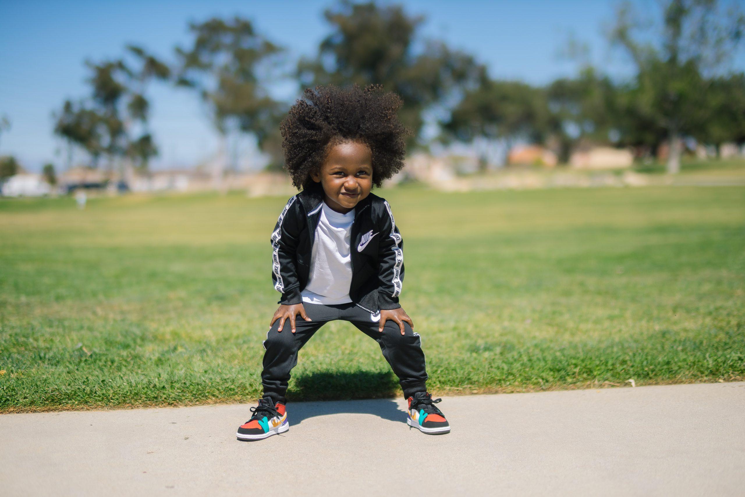 criança posando para foto com tênis de rodinha