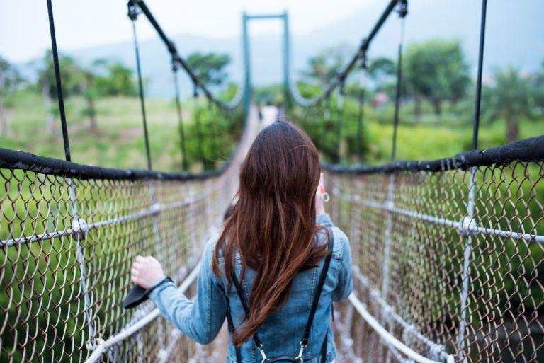 mulher na ponte de arame galvanizado
