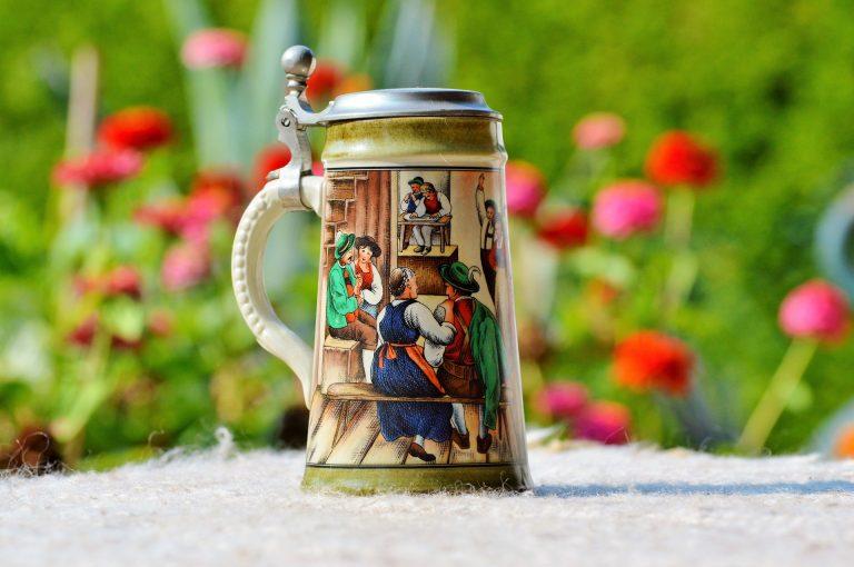 Imagem de caneca de cerveja de cerâmica com tampa estampada com pessoas