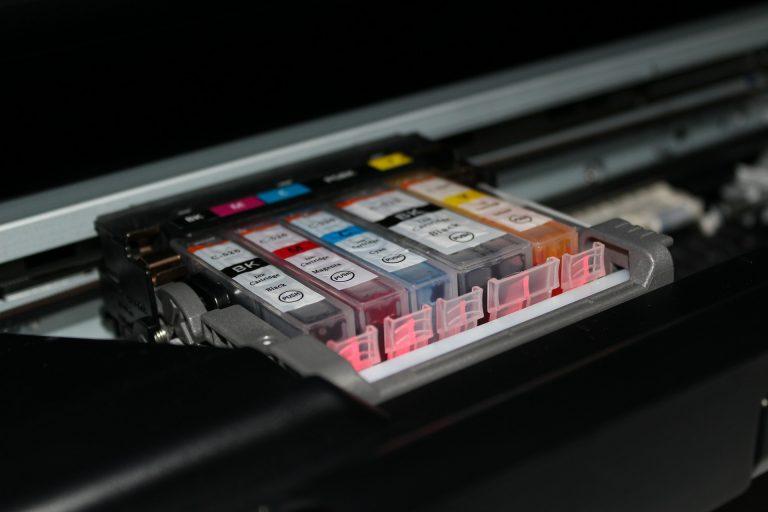 Imagem de impressora com cartuchos expostos