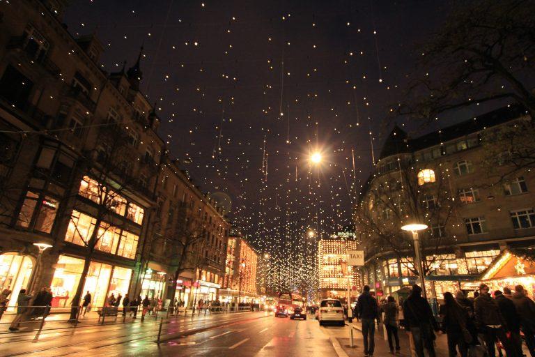 Imagem de cidade com iluminação de Natal utilizando cordões de luz