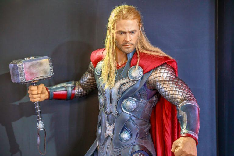 Brad Pitty cabeludo vestido de Thor