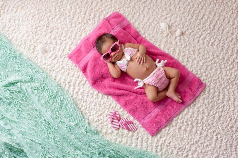 Ensaio newborn de menina com tema praia e Havaianas compondo o cenário