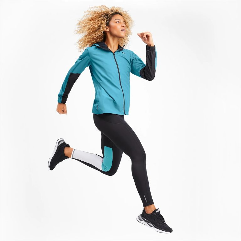 Moça corre com jaqueta e calça legging Puma combinando