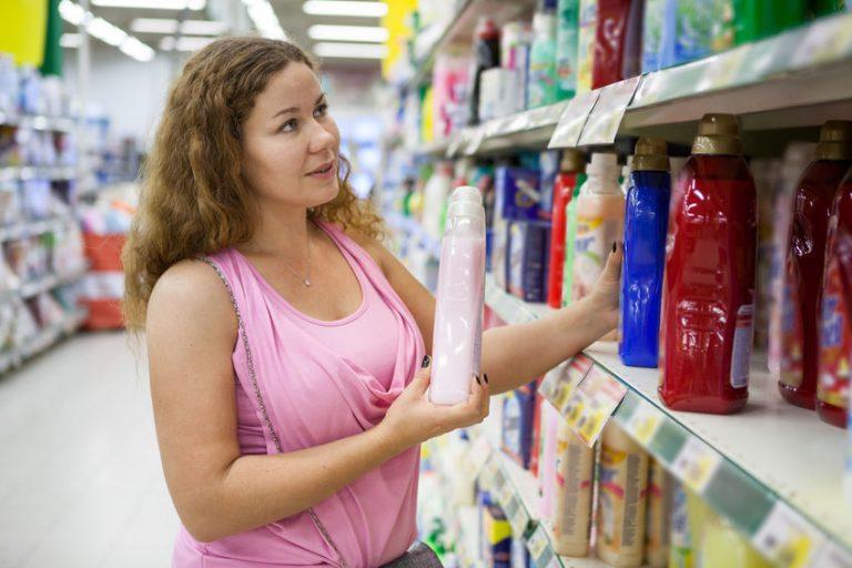 Imagem de mulher escolhendo lava roupas em supermercado