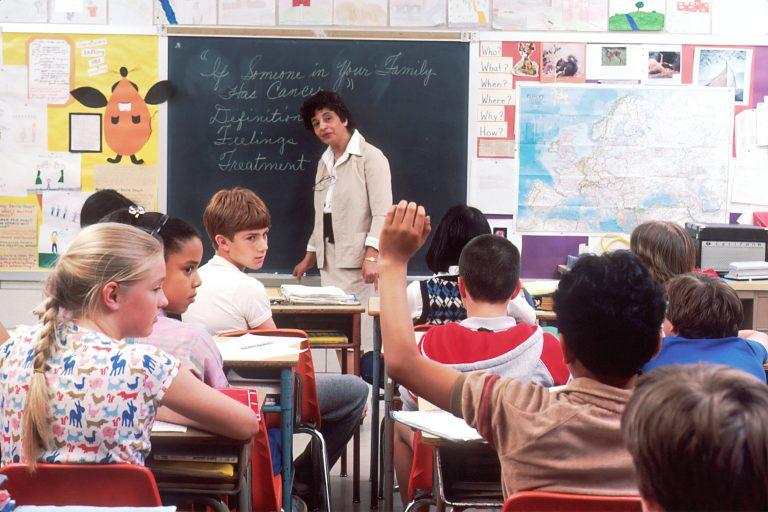 Imagem de crianças estudando.