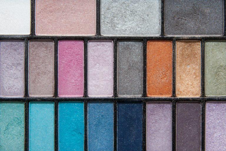 Imagem de paleta de sombras com cores variadas