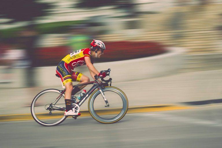 Pessoa pedalando com uma sapatilha de ciclismo