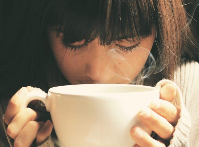 Mulher tomando chá.