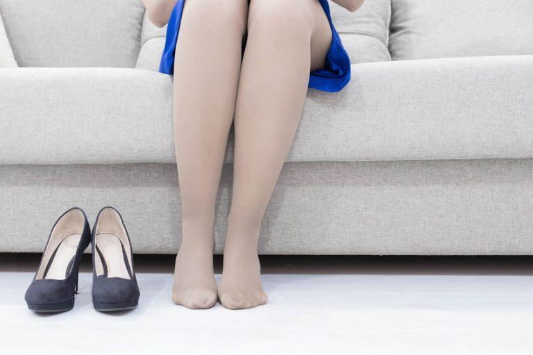 Imagem de uma mulher sentada.