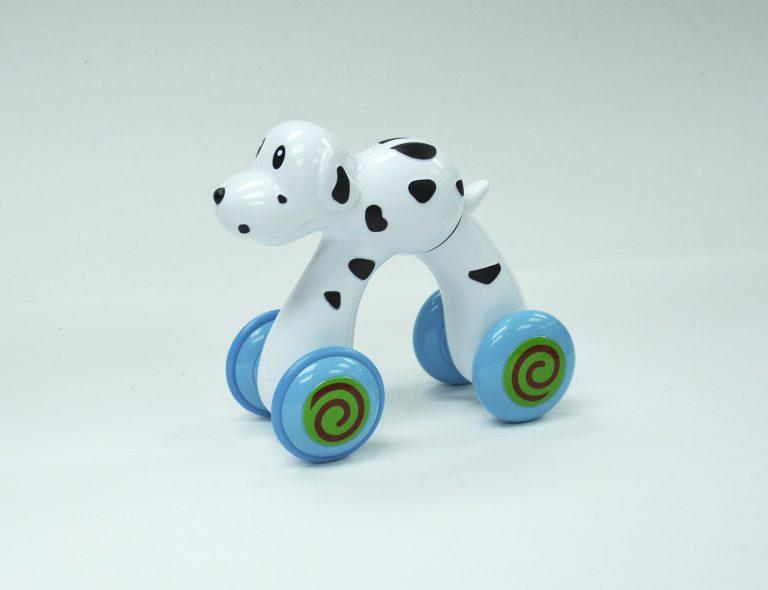 Cachorro de brinquedo com rodinhas.