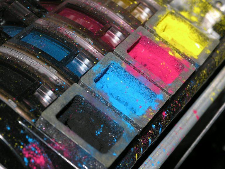 Imagem de impressora com cartuchos coloridos