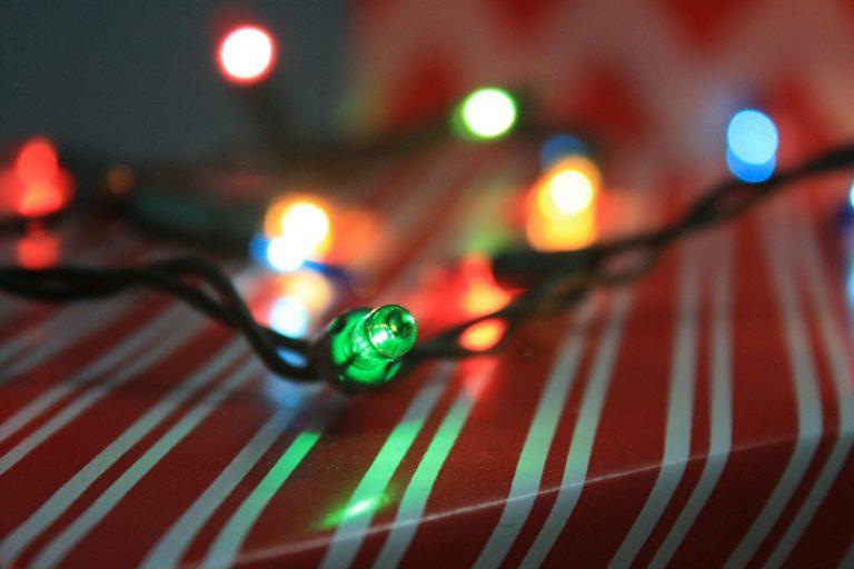 Imagem de cordão de luz natalino com lâmpadas de diferentes cores
