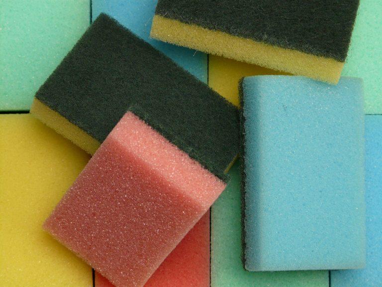 Foto de várias esponjas sintéticas com espumas coloridas.