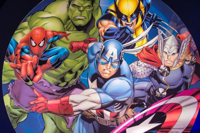 Desenhos dos seguintes personagens da direita para a esquerda da imagem: Thor, Wolverine, Capitão América, Hulk e Homem-Aranha.