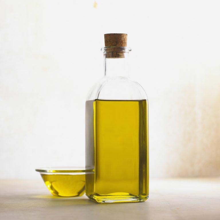 Imagem de óleo de abacate em frascos de vidro.