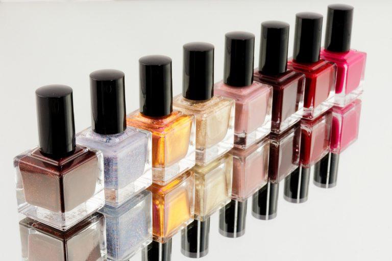 Imagem de vários potes de esmalte com cores variadas