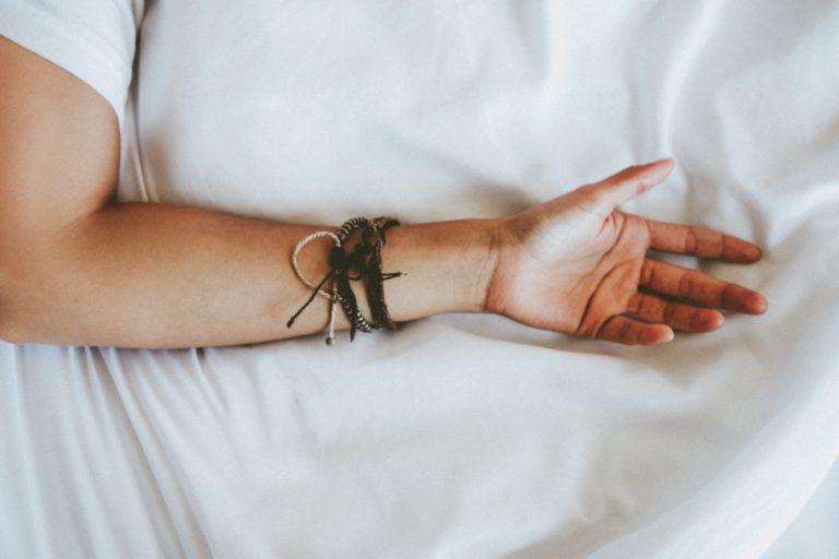Imagem de braço com pulseiras masculinas rústicas