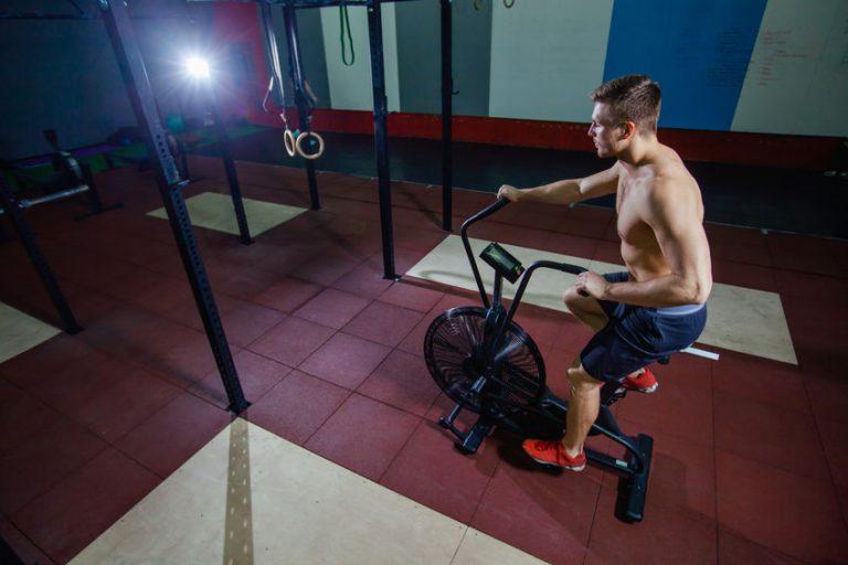 Imagem mostra um homem pedalando em uma airbike.