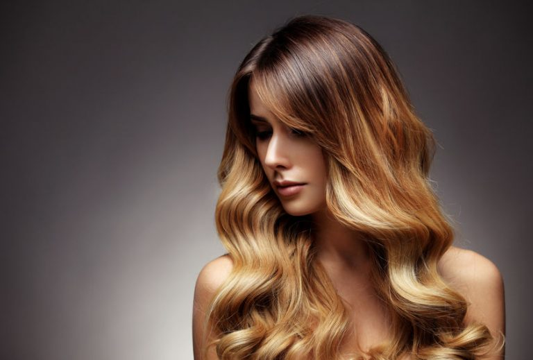 Mulher com cabelo ondulado brilhoso.