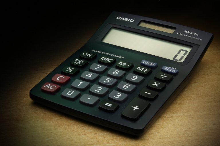 Imagem mostra uma calculadora Casio em destaque.