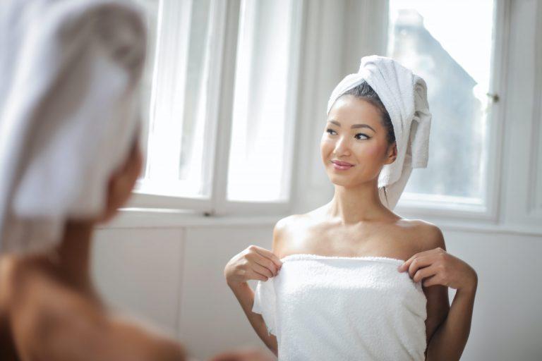 Imagem de uma mulher de toalha.