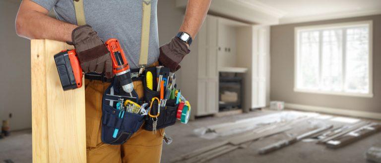 Imagem mostra uma pessoa com um cinto repleto de ferramentas.