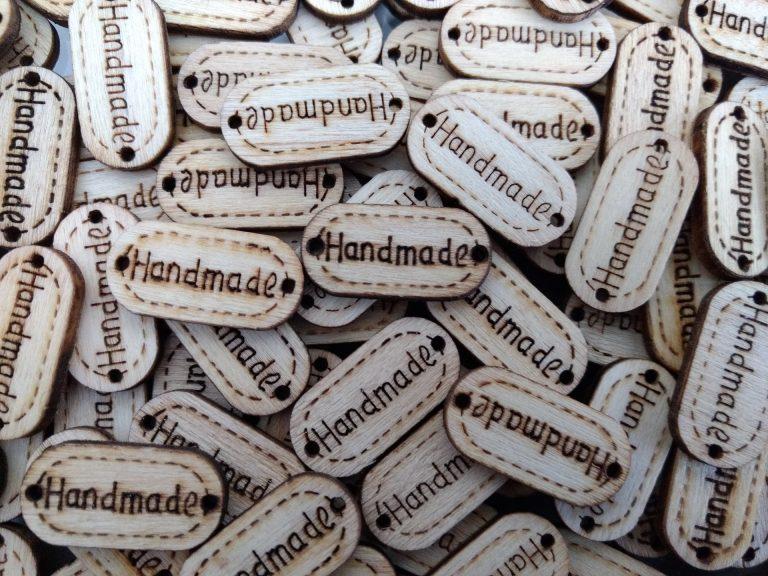 """Imagem mostra várias peças de madeira feitas com pirógrafo com a inscrição """"homemade""""."""