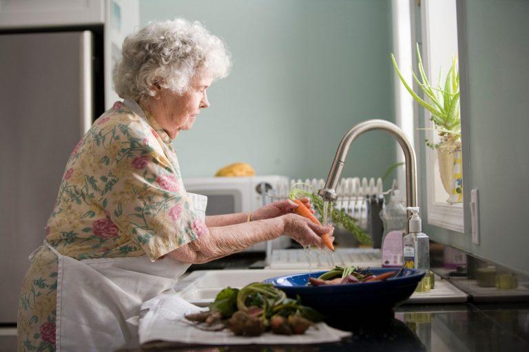 Imagem de uma senhora cozinhando.